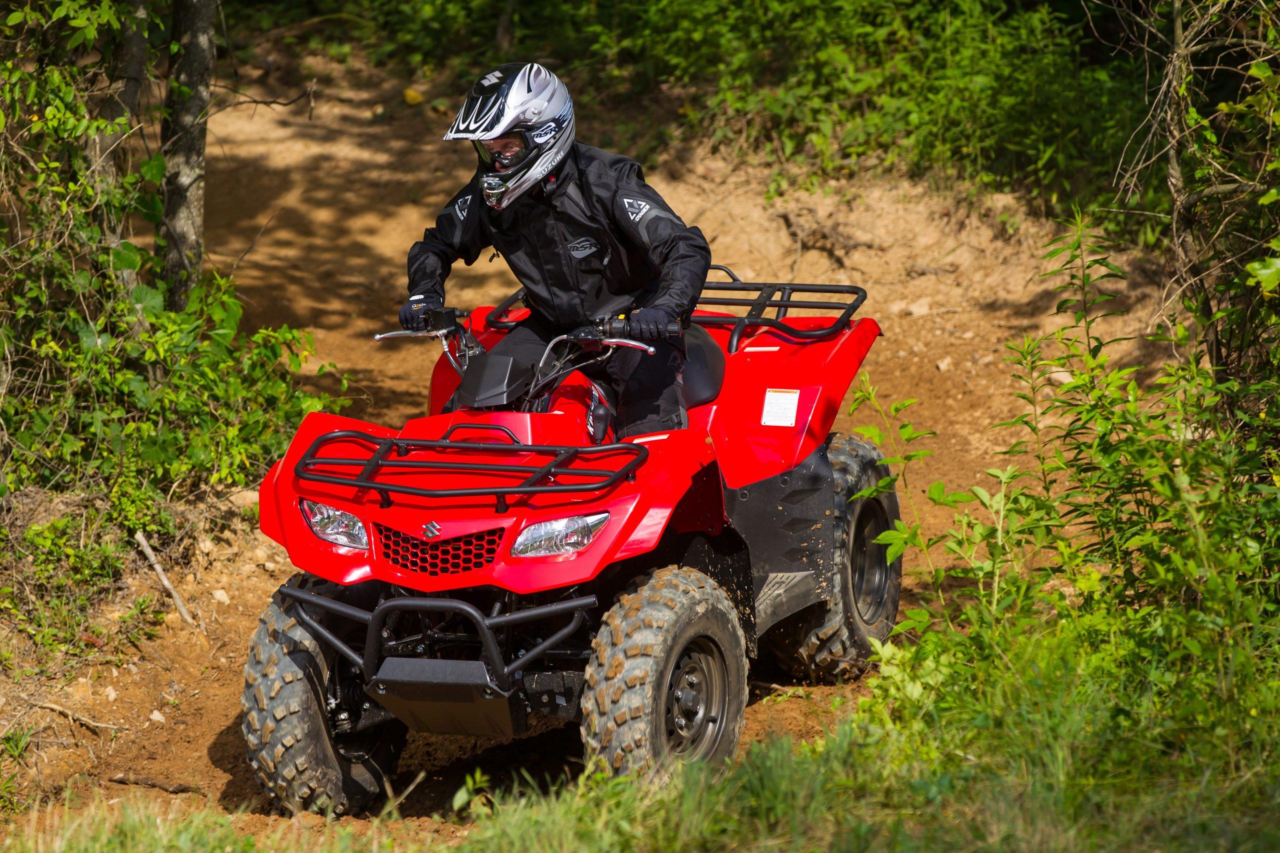 ATV-KINGQUAD-400-SUZUKI-RED-DOWNHILL